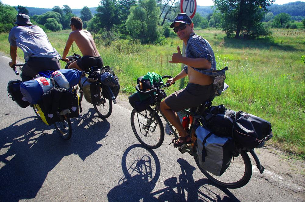 Discuter tout en roulant reste le meilleur moyen pour ne pas s'ennuyer sur les petites routes de campagne monotones de certaines régions du monde...