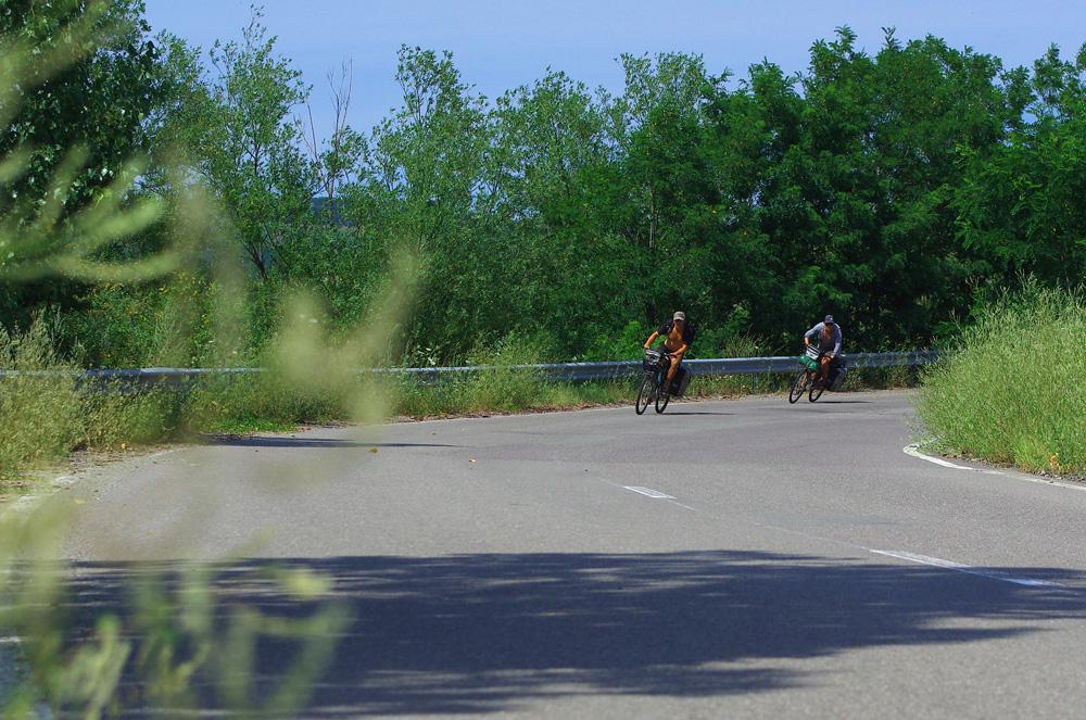 """Nous ne perdons pas les bonnes habitudes et prenons plaisir dans les descentes. La vitesse ça nous plaît. Si nous ne sommes pas des cyclistes """"à la base"""", mais plutôt des passionnés de sports à sensations (windsurf, surf et snowboard, entre autres) il faut avouer que le vélo nous aura aussi procuré des sensations grisantes pendant toutes les descentes de ce voyage !"""