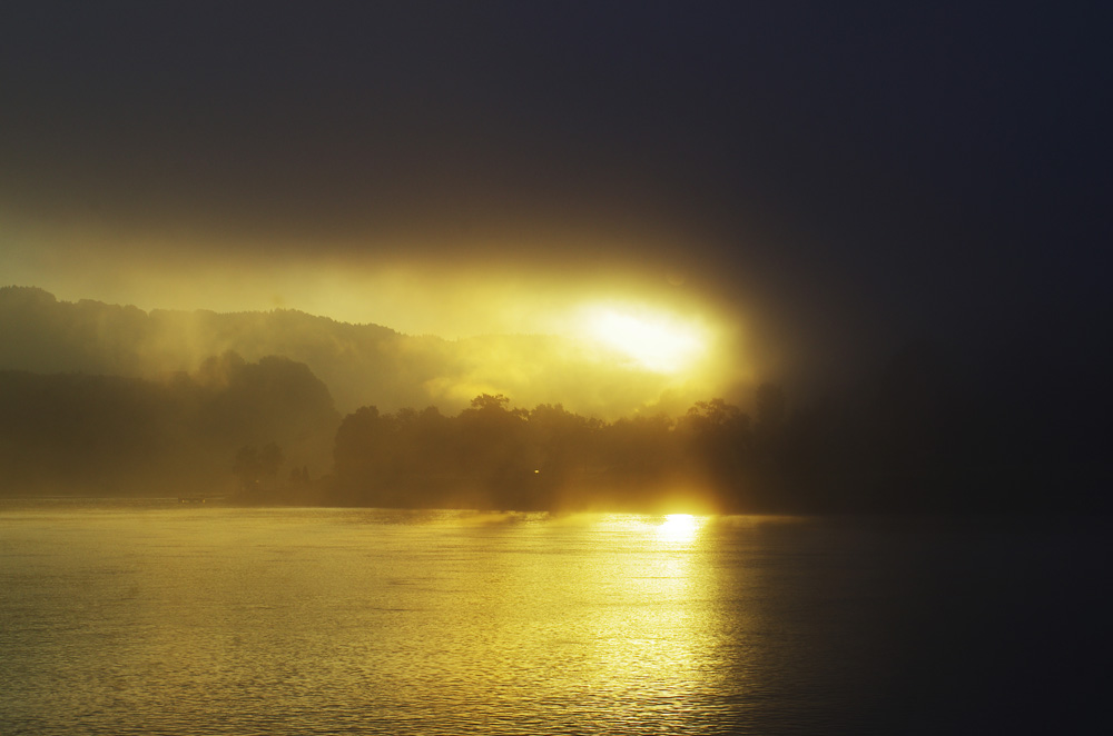 Parfois on se lève le matin et le monde nous offre un cadeau. Ce matin, au bord du Danube, le soleil perce la brume disposée là, engourdie par la nuit. Nos yeux, dans le brouillard eux aussi, s'arrêtent un instant sur cette masse lumineuse. Ce sera avec un léger sourire de béatitude que nous embarquerons sur nos bécanes ce matin là. Pour les plus observateurs, on peut même y percevoir une pleine lune qui se joint au spectacle.