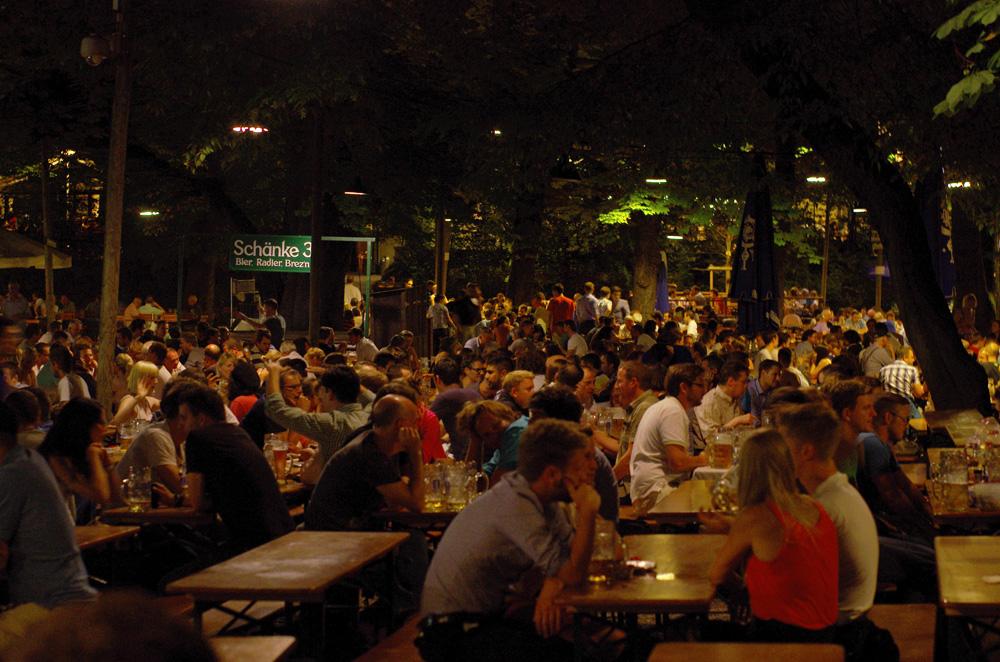"""Le """"biergarten"""" est un pilier de la culture allemande, surtout en Bavière dont il est originaire. Le principe consiste à boire de grandes chopes de bière en extérieur, accompagnées de mets de la cuisine allemande (généralement de très bonnes saucisses, vous l'aurez déviné). Ici dans un des plus grands du monde, nous ressentons l'ambiance typique qui fait de Munich une ville très agréable à vivre."""