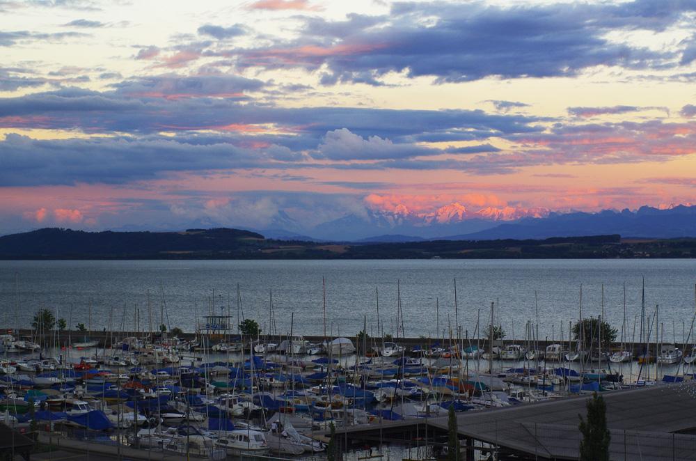 Le lac de Neuchâtel est un endroit paisible et idéal en été : il constitue le lieu parfait pour se relaxer, chose que nous avons faite chez Bertrand. Etre chez lui pendant ce bout de temps nous confirme quelque chose que nous savions déjà : dans nos futures vies sédentaires, nous savons que la qualité de vie aura toujours plus d'importance que la quantité d'euros imprimés sur notre fiche de paie...