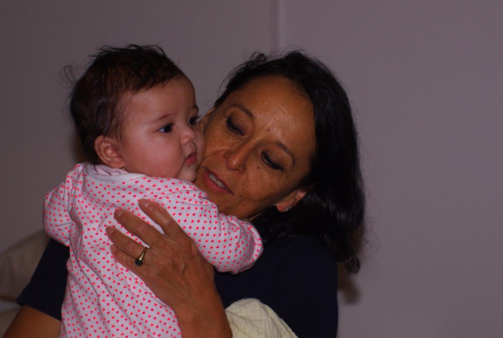"""Jenny, la tante de Siphay, et grand-mère de la petite Pema, alias """"Pemita"""" pour les latinos. Cette partie de la famille de Siphay est chilienne mais le prénom choisi pour la petite dernière est tibétain. Son père est originaire du pays du Dalaï Lama et sa mère, la cousine de Siphay, un jolie mélange venu d'Italie et du Chili. Siphay : """" Il nous est souvent demandé quelles sont les moment fort de votre voyage ? En voici un grand, après tout ces kilomètres autour du globe, retrouver ma tante, mes cousins et rencontrer ma nièce ! """""""