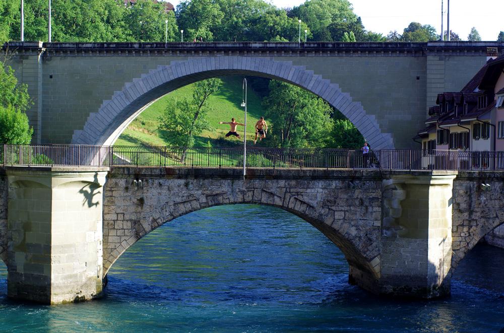 A Berne, nous nous laissons tenter par la coutume locale qui consiste à utiliser la rivière comme moyen de locomotion l'été. Un moment de fraîcheur gratuit