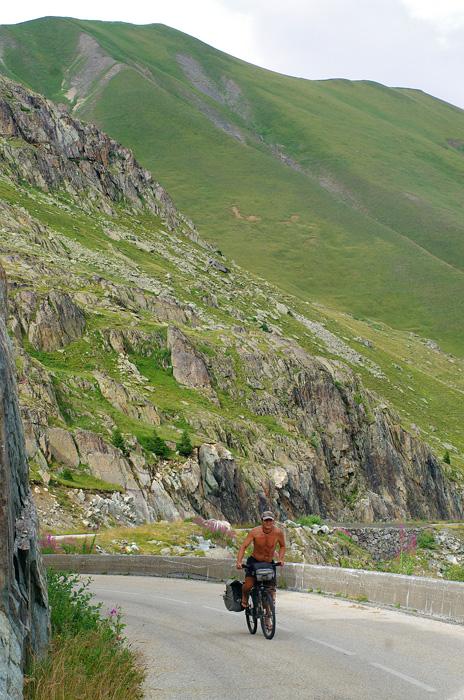 La grimpette jusqu'au col de la Croix de Fer (2067 m). De quoi nous en mettre plein les mirettes et nous redonner goût aux magnifiques paysages de la France, dans la douleur d'une journée à 2400m de dénivelé positif...