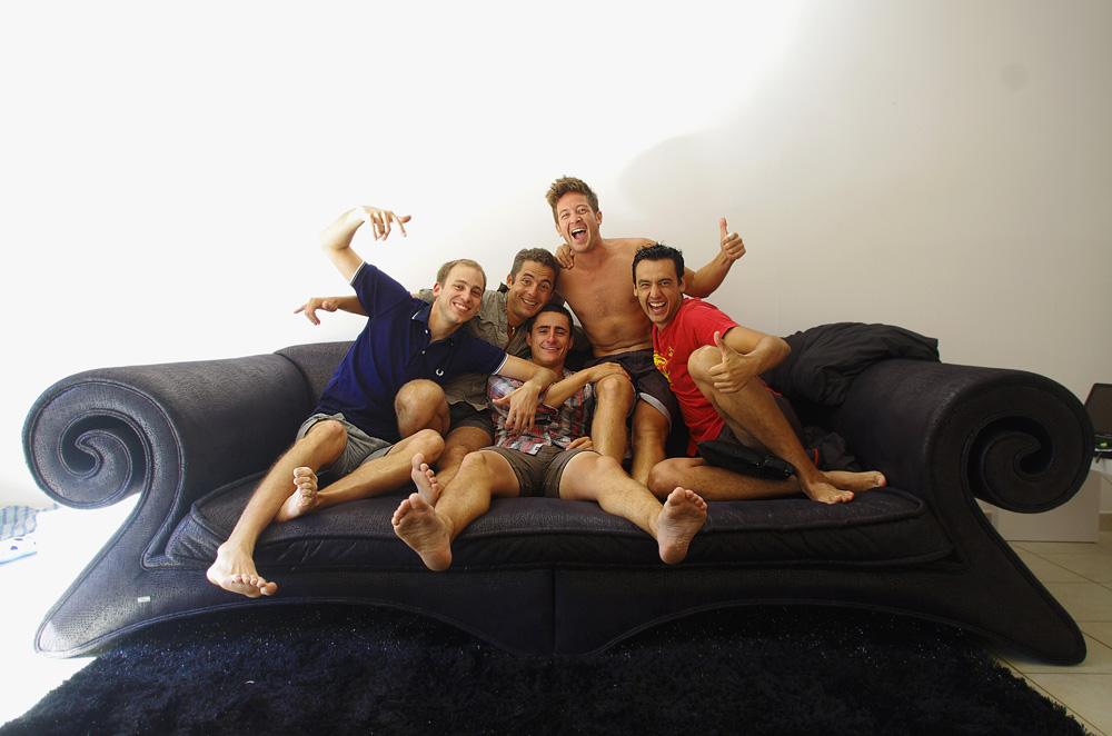 """Juste avant de faire les derniers 25km du voyage. Pour la première fois depuis 3 ans l'équipe Solidream est au complet ! Nous sommes tous les 5 pour boucler la boucle ! Une photo """"SolidHost"""" sur le canapé et c'est parti…"""