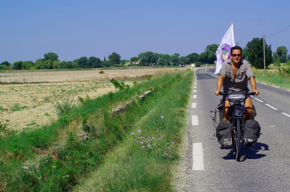 Il est 10h30 et nous enfourchons nos vélos, une fois de plus. Nous avons 4h pour faire 25km. En tant normal il ne nous faudrait guère plus d'une heure mais aujourd'hui nous voulons, plus que jamais, savourer chaque instant. Aller doucement. Nous arrêter. Laisser l'excitation nous envahir au fil des mètres. Nous sommes tous les 5 pour partager une des plus belles journées de nos vies respectives. Quel bonheur ! Jusqu'à la dernière minute nos roues vont arpenter le chemin des émotions. Nous roulons le plus doucement possible, sans efforts, bercés par un mistral favorable. Mais nos cœurs, eux, battent forts dans nos poitrines.