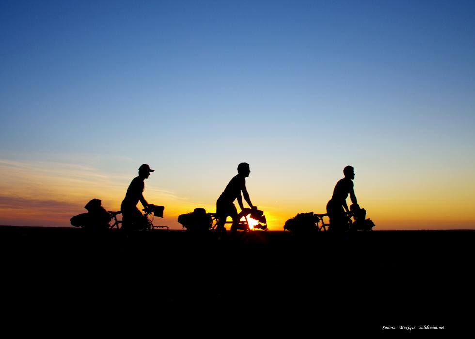 Le 29 août 2010 débute un voyage de trois ans sur tous les continents. Morgan et Siphay sont accompagnés de Bertrand qui laissera sa place à Brian au Chili. Etienne rejoindra l'équipe pour un an, des Etats-Unis au Laos