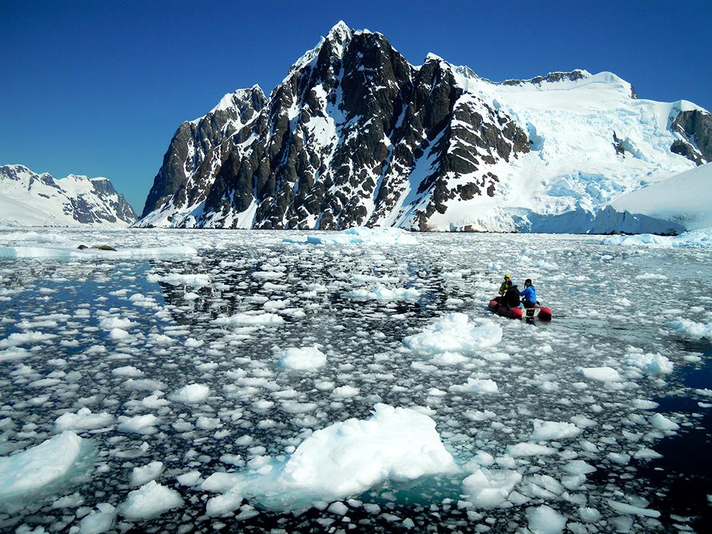 Le mythique détroit de Lemaire s'offre à nous sous un soleil radieux. La mer est si calme que nous pouvons admirer ces montagnes de plus de 1000m d'altitude s'y refléter…instant magique !