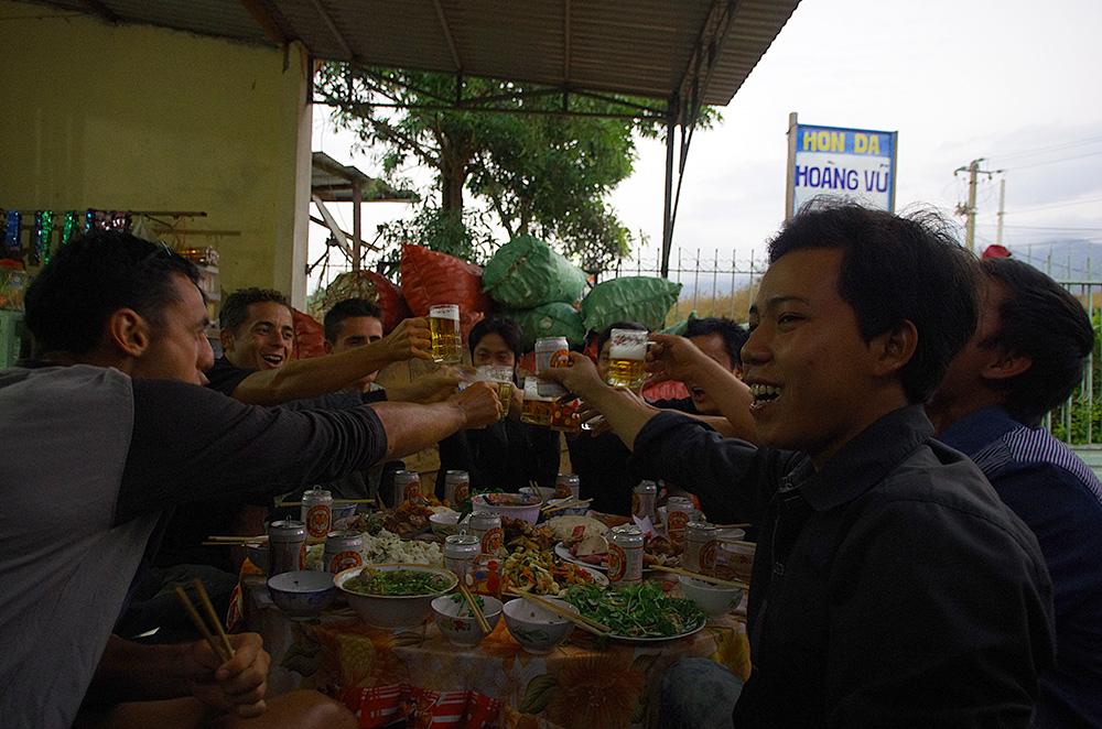 Au cours de cette cérémonie, qu'ils appellent « bâssi », nous avons vraiment pu échanger et communiquer avec ces Vietnamiens. Il est fort intéressant de pouvoir vivre les coutumes et traditions au cœur d'une famille viêt.  Certes, quelques bières offertes généreusement ont permis de rompre la glace plus facilement.