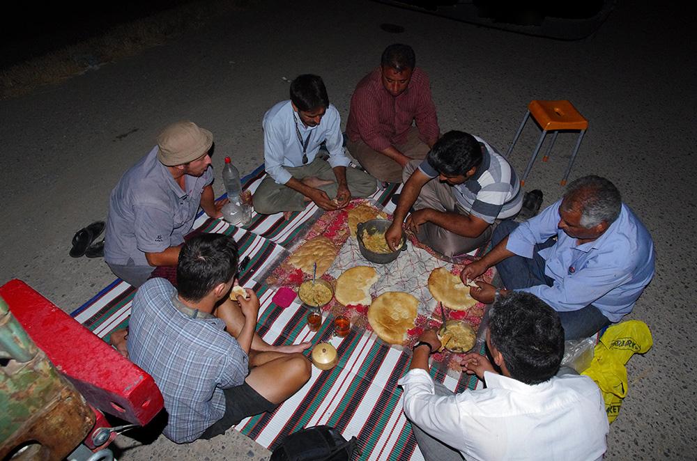 Partage d'un repas avec des camionneurs iraniens au Turkménistan