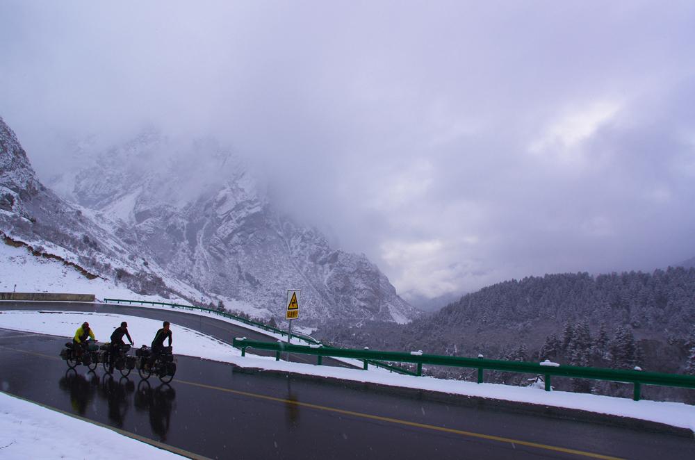 Pourtant dans l'illégalité après avoir quitté la ville de Chengdu sans passeport, l'équipe remplace l'attente administrative par l'ascension d'un col à près de 4 000 m dans les contreforts de l'ancien Tibet dans le Sichuan, en Chine