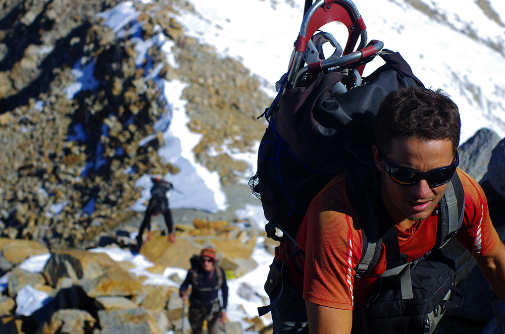 À 3 600 m, après plus de six heures d'ascension depuis le camp de base, l'équipe atteint un terrain abrupt où la marche laisse progressivement place à l'escalade périlleuse.