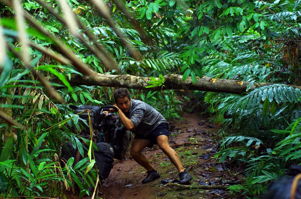 A la recherche d'un raccourci, le groupe se retrouve prisonnier de sentiers au cœur de la jungle cambodgienne