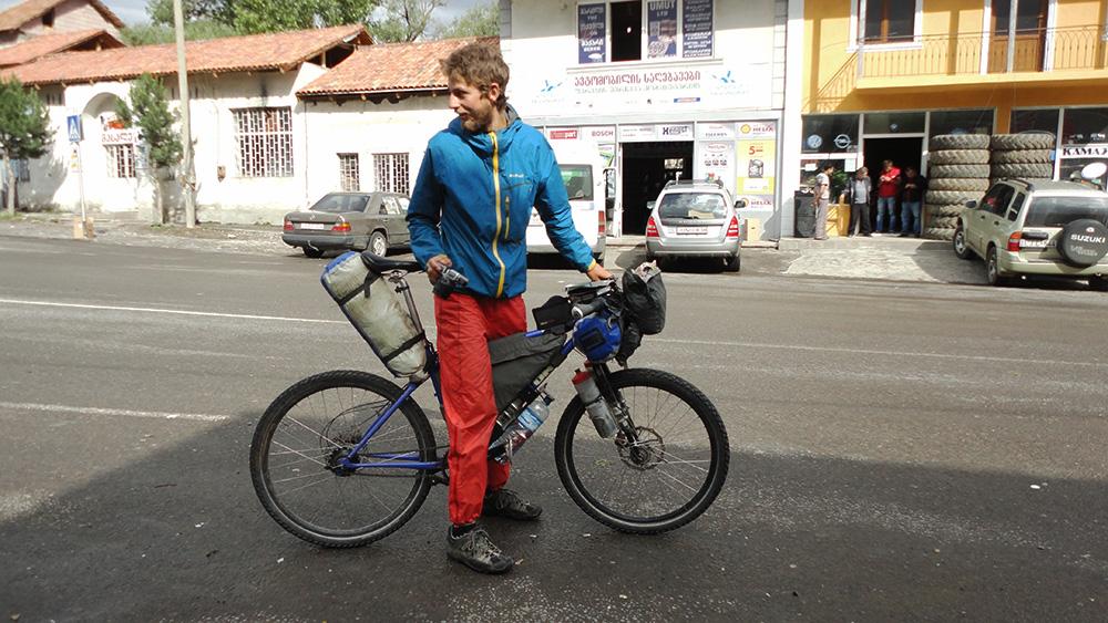 Birk, un voyageur suisse rencontré dans le Caucase lors du retour en Europe après le tour du monde, a voyagé depuis la Chine avec un vélo au chargement ultra léger, lui laissant le strict nécessaire pour vivre. Grâce à ce faible chargement, il peut s'aventurer sur des pistes où un vélo chargé ne passerait pas.