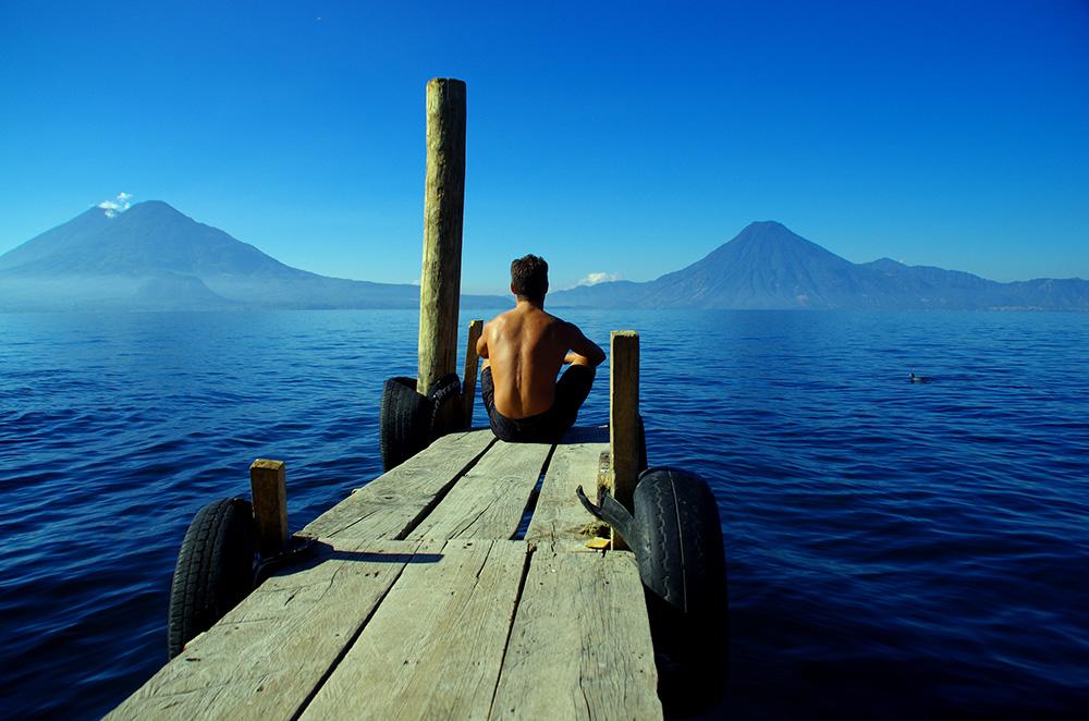 Le lac endoréique d'Atitlan, à 1 562 m, est cerné de volcans qui dépassent 3 500 m. Le voyageur en contemplation oublie alors la sueur versée pour y accéder