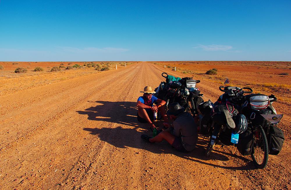Aux premiers jours de la traversée des déserts australiens, chacun espère s'engager dans une aventure mémorable. Qui s'y aventure pas 50°C doit apprendre à dénicher de l'ombre