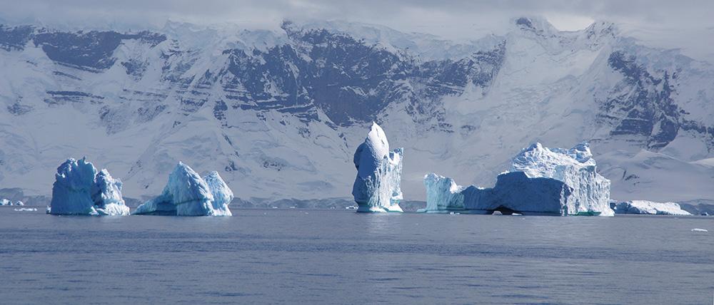 Durant l'été austral, ledétroit de Gerlache, qui borde l'archipel Palmer, sert d'exutoire aux tours de glace que libère l'inlandsis. Malgré leur poids de plusieurs milliers de tonnes, elles sont poussées au large par les courants et les vents.