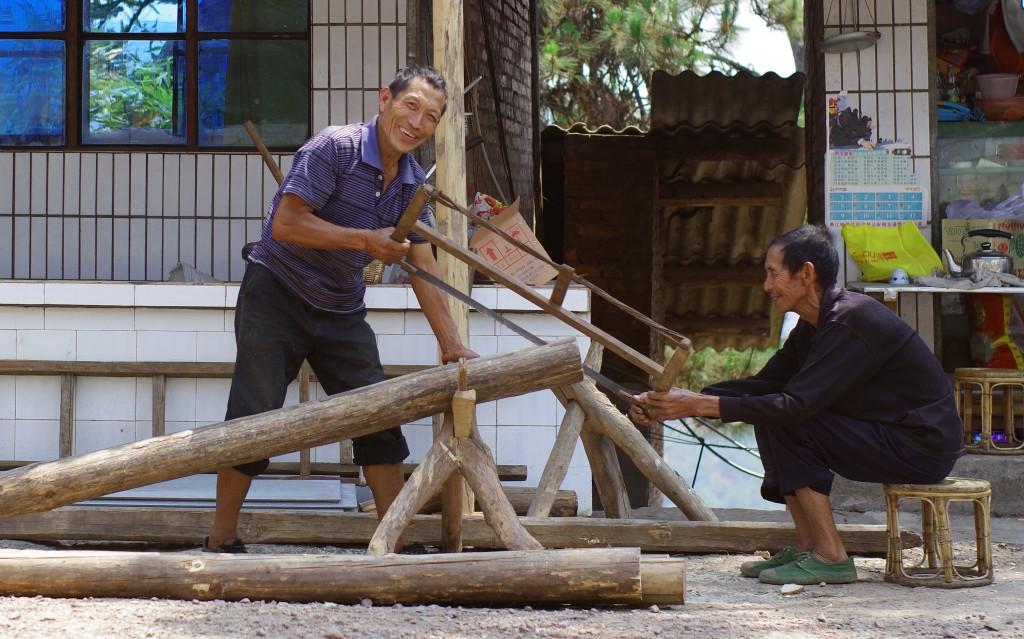 Découpe des poutres en bois., Yunnan, sud de la Chine