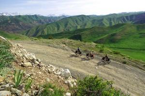 Les fat bike en bambou chargés sont difficiles à emmener sur l'asphalte. Mais sur la piste, ils offrent un confort qui indéniable