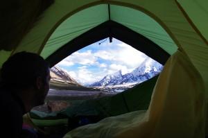 Près d'un grand lac étendu dans une vallée inoccupée, le camp de base offre une vue imprenable sur des mastodontes de presque 7000m.